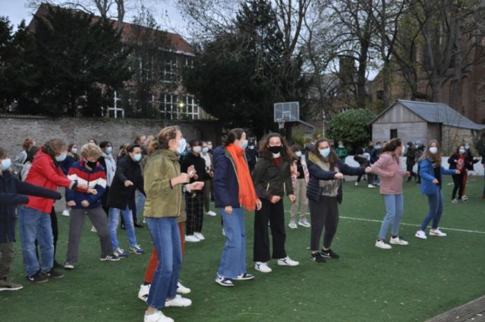 Dansen tijdens de 100-dagen week van de 1ste jaars